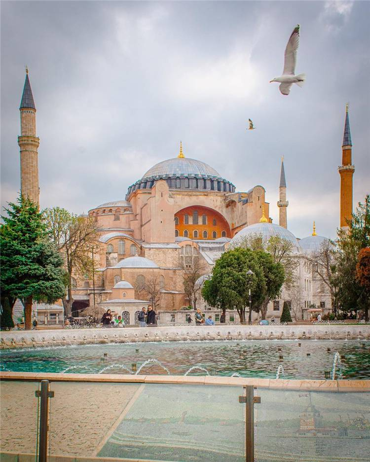 Why You Need To Visit Istanbul? Here Are The Answers! Turkey; Istanbul; Turkey Guide; Travelling In Turkey; Istanbul Travelling Guide; Hagia Sophia; Blue Mosque; Basilica Cistern; Topkapi Palace; Ynei Camii; Galata Bridge #turkey #istanbul #travelinistanbul #istanbulmosque #bluemosque #hagiasophia #topkapipalace #yenicamii #galatabridge