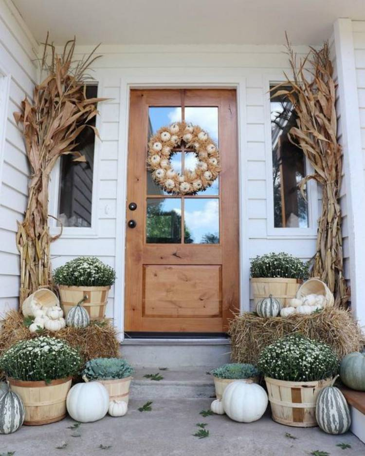 Stunning And Gorgeous Fall Front Porch Decoration Ideas You Must Love; Fall Front Porch Decoration; Porch Decoration; Fall Decoration; Home Decor; Front Porch Decoration; Fall Home Design #falldecoration #homedecor #porchdecoration #fallhomedesign #frontporchdecoration