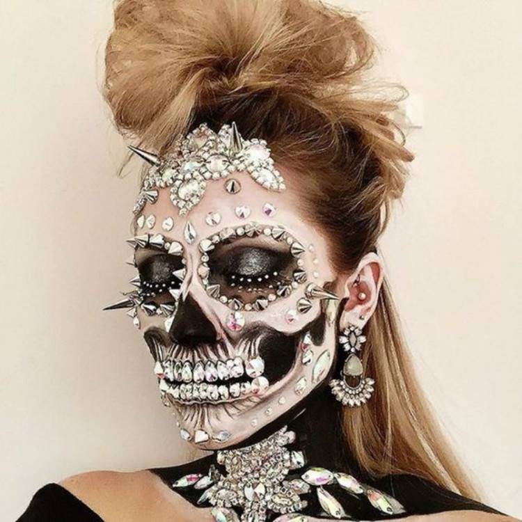 Creepy And Horrible Halloween Makeup Ideas You Must Love; Halloween Makeup; Halloween; Clown Halloween Makeup; Skeleton Halloween Makeup; Pumpkin Halloween Makeup; #halloween #halloweenmakeup #makeup #scarymakeup #skeletonmakeup #clownmakeup #pumpkinmakeup