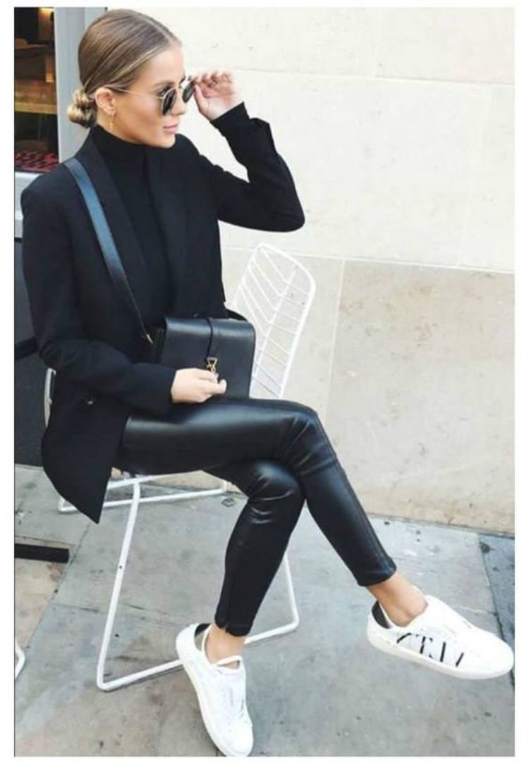 Gorgeous Winter Outfits To Make You Feel Wonderful; Winter Outfits; Outfits; Winter Coat; Leather Jacket; Leather Pants; Leather Skirt; Oversize Sweater; Winter Black Coat #winteroutfit#outfits#leatherjacket#leathercoat#oversizesweater#leatherskirt#Leatherpants
