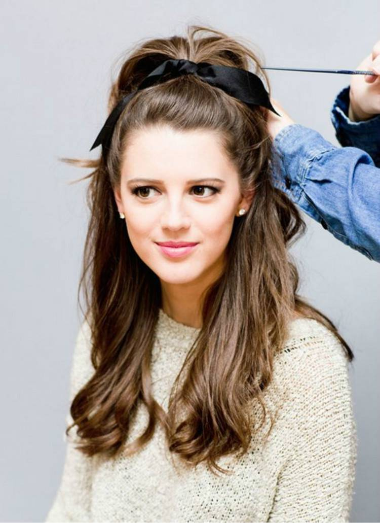 Pretty Christmas Hairstyles For This Winter Holiday Season; Christmas; Christmas Hairstyle; Hairstyle; Hair Idea; Half Up Half Down Ponytail; Braided Ponytail Hairstyle; High Ponytail Hairstyle; Holiday Hairstyle; #christmas #christmashairstyle #christmashairideas #ponytail #braidedhairstyle #holidayhairstyle #halfupponytailhairstyle #messycurlyhairstyle